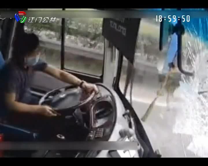 空中飞来一坨铁 司机临危不乱救了一车人