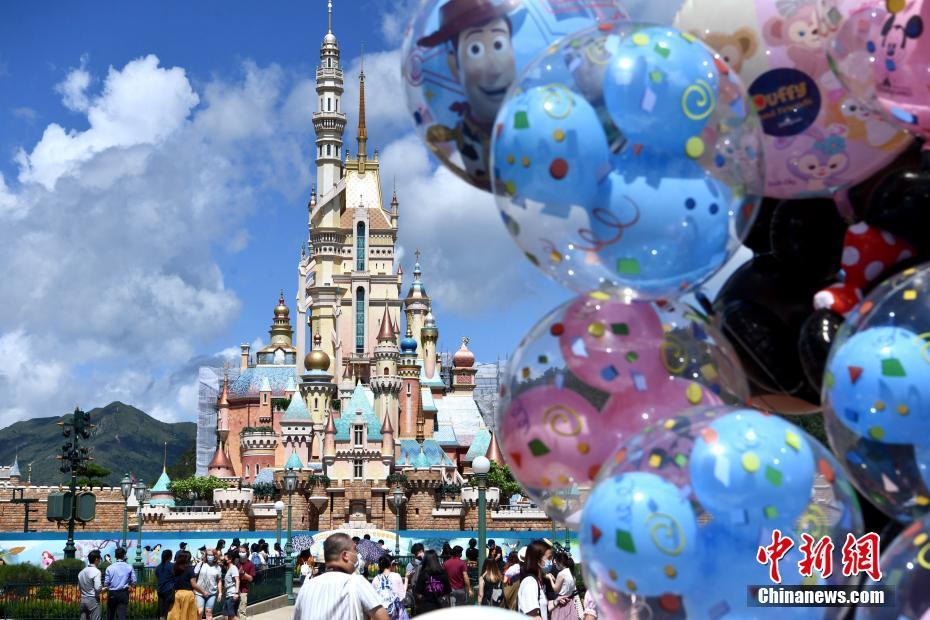 香港迪士尼乐园重开 市民入场游历奇妙旅程