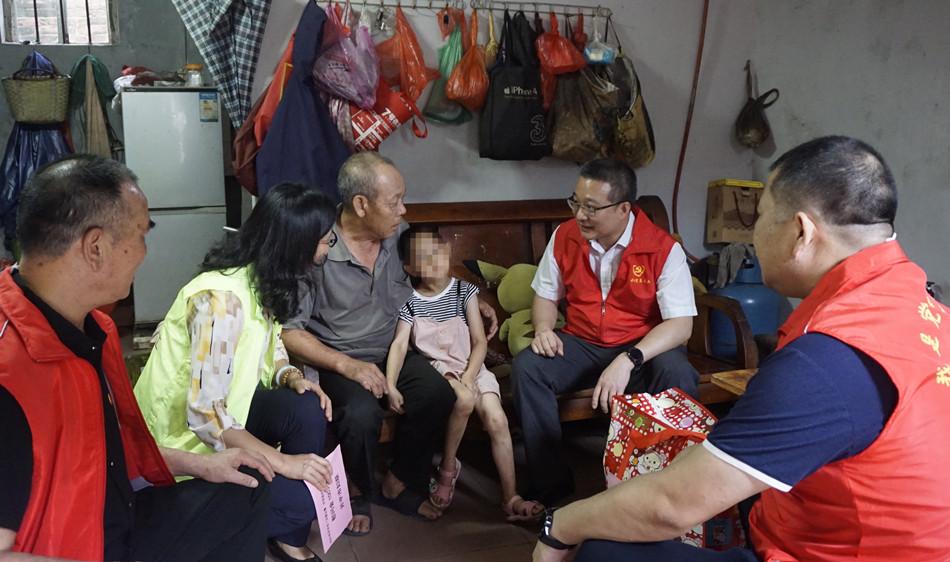 开平市领导陈军凯走访慰问困境儿童