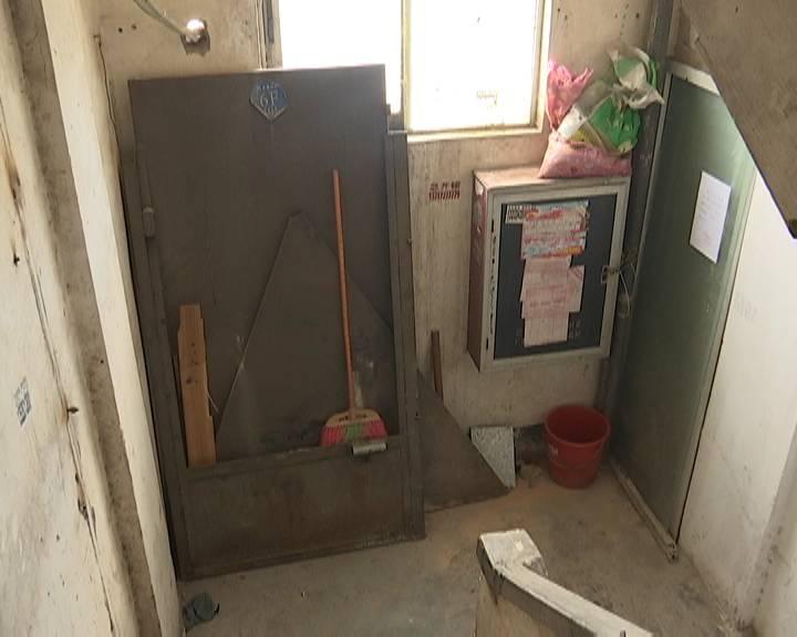 楼梯间堆放杂物被投诉 社区工作人员表示会尽快跟进