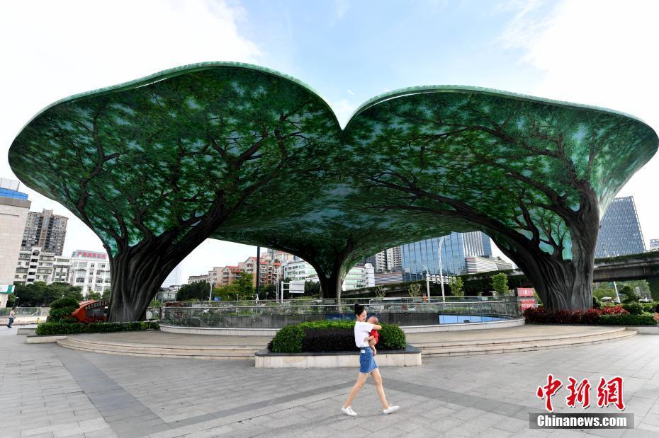 福州彩绘榕树成一景