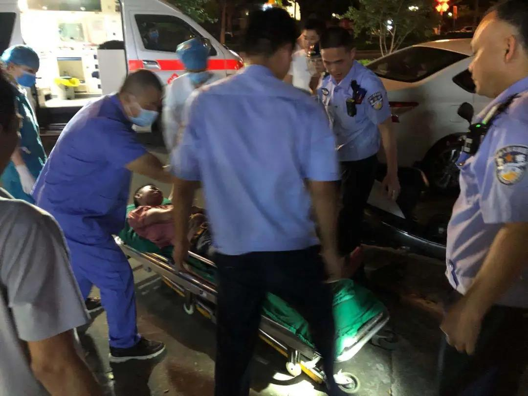 开平一男子被红火蚁咬伤休克 交警紧急护送就医