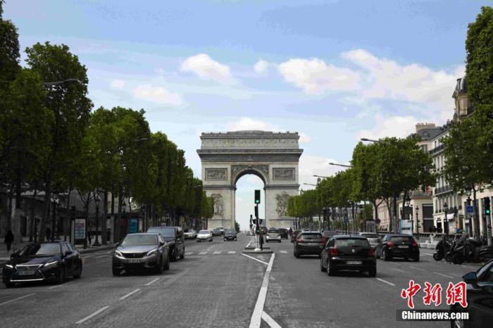 法国庆向医护人员致敬
