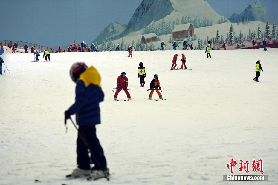 广州民众滑雪消暑