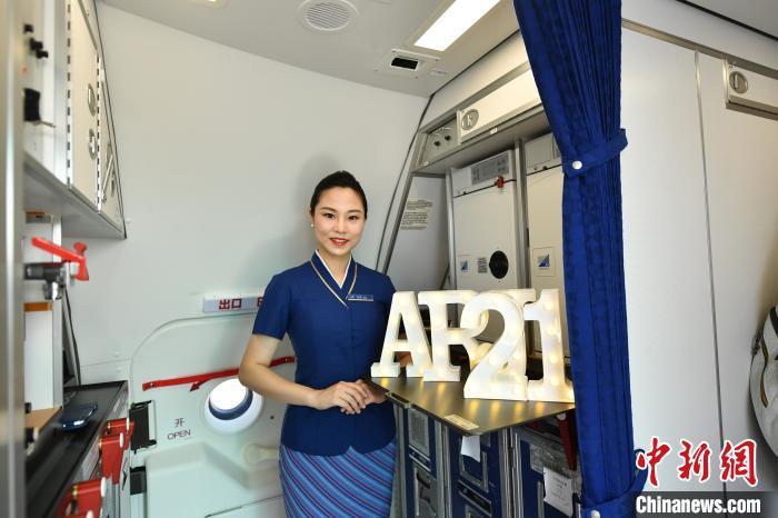 南航首架國產ARJ21飛機正式投入商業運營 首航滿座