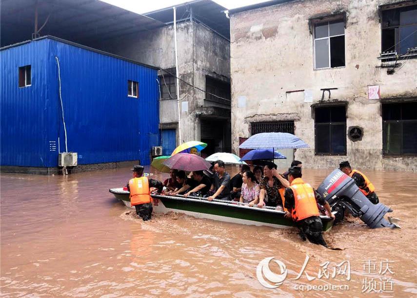 重慶萬州暴雨引發內澇 武警出動沖鋒舟轉移群眾