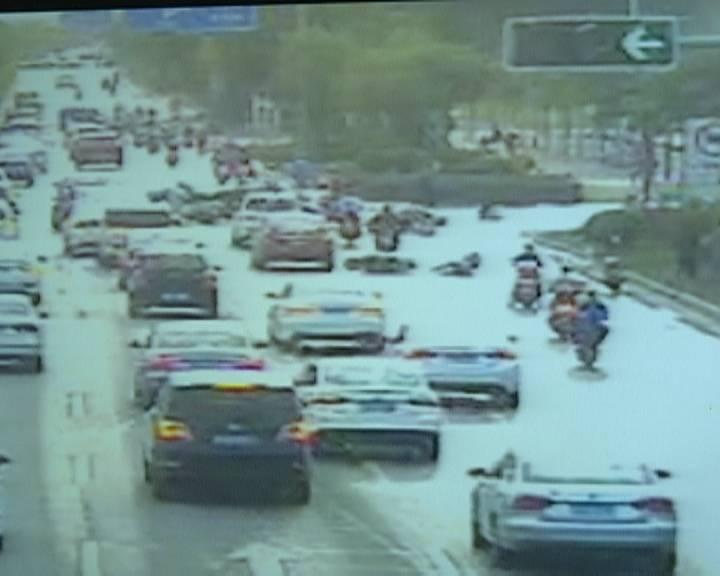江海區金甌路多輛摩托車連環滑倒 疑為跟車太近