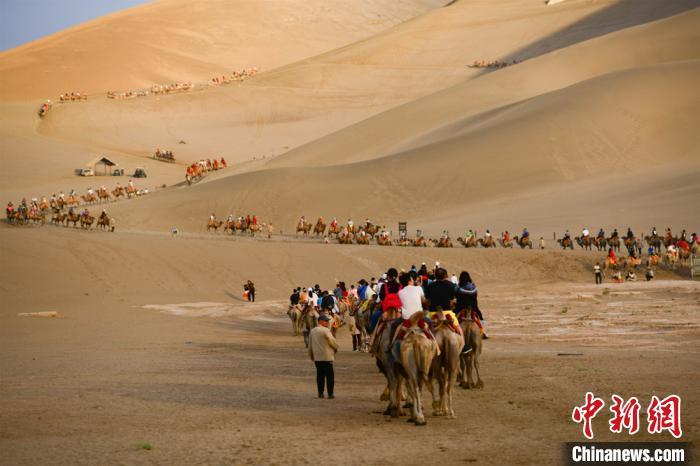甘肅敦煌大漠單日游客量達今年最高值