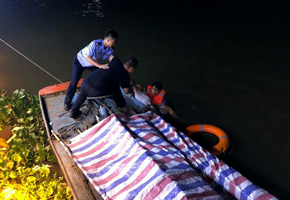 感动!女子轻生辅警不顾个人安危跳河救人累瘫在船上
