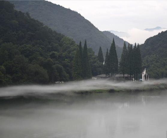浙江新安江面水雾弥漫