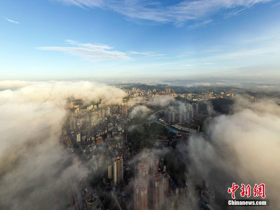 广西梧州立秋云雾缭绕