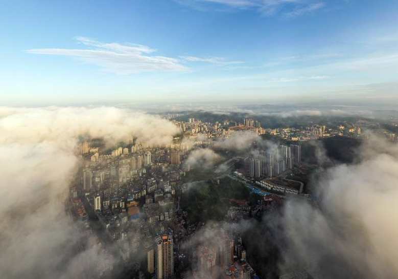 广西梧州立秋日云雾缭绕 城市建筑若隐若现