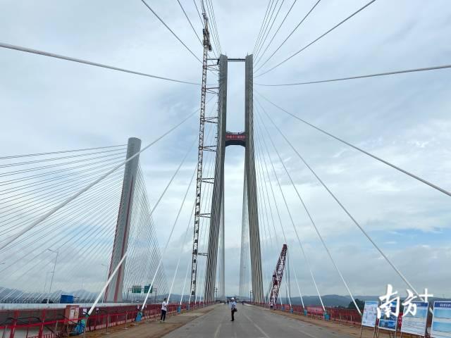 南沙港铁路跨西江斜拉桥今日合龙
