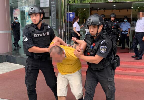 惊险!男子持刀闯入银行打砸 民警及时处置将其制服