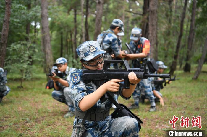 空军航空大学第十二批女飞行学员开展野外训练