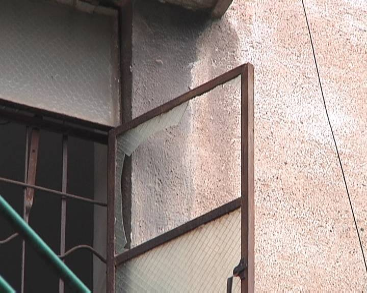 老房子年久失修 防盗网玻璃窗存安全隐患