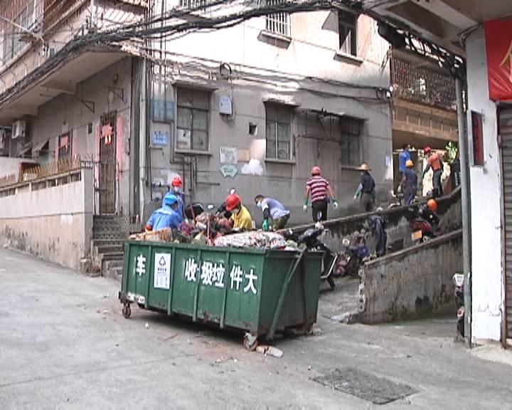 """江门多部门联动整治社区环境 """"垃圾屋""""终于被清理干净"""