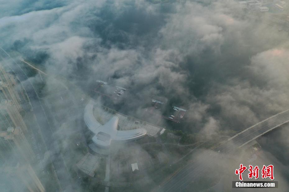 白露节气江西武宁现平流雾景观 云雾缭绕美如画