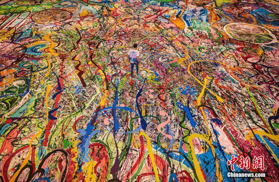 """艺术家绘制""""世界最大油画"""" 色彩缤纷画面壮观"""