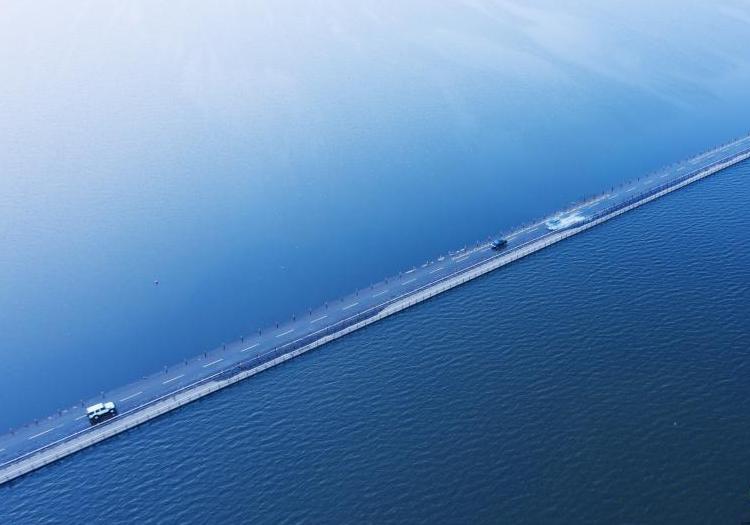 """江西再现""""最美水上公路""""景象 呈现水天一色"""
