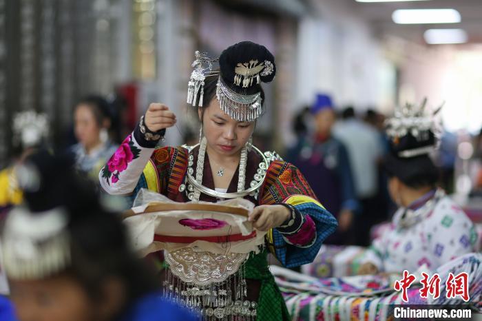 貴州丹寨:易地扶貧安置點 比拼手工秀技藝