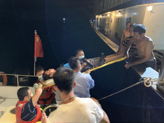 海上作业渔民突发脑梗塞 海洋执法人员紧急施救