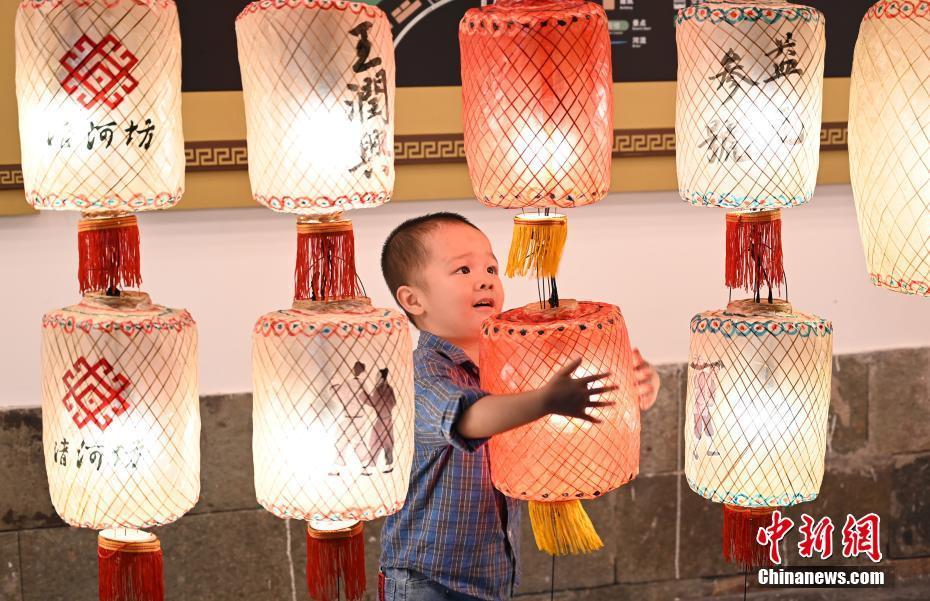 杭州街头挂灯笼迎双节