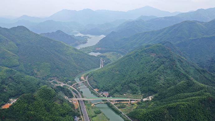"""中国高铁""""八纵八横""""已建七成,相邻大中城市1至3小时到达"""