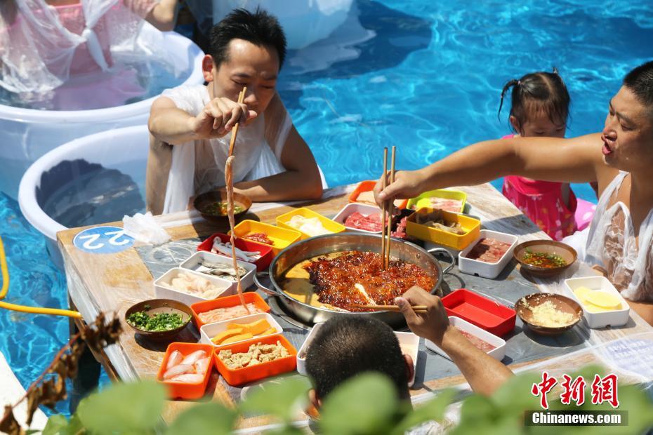重慶民眾坐冰桶吃火鍋